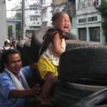 Røde demonstranter i Bangkok bruger børneskjold