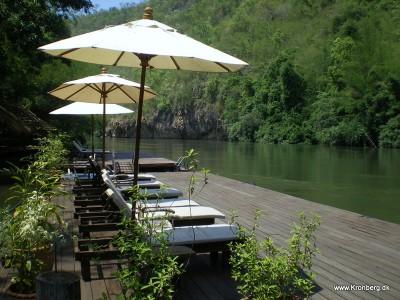 Solbadning i River Kwai Noi