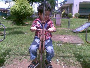 Min søn på legepladsen ved Khlong Chan Di station